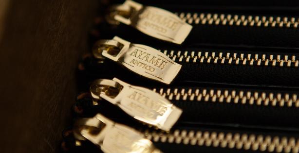 装飾となるファスナーの金具部分なども、オリジナル