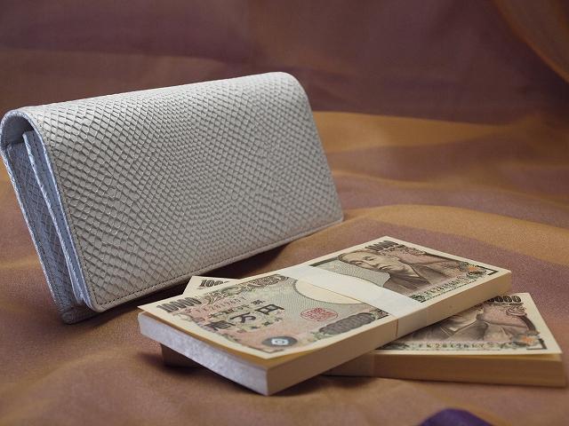 白蛇200万円入る財布