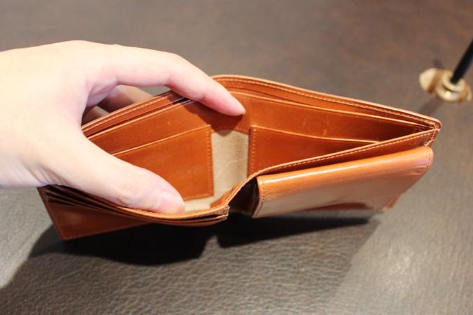 カードポケットが、実は見えないところにも隠されていたり