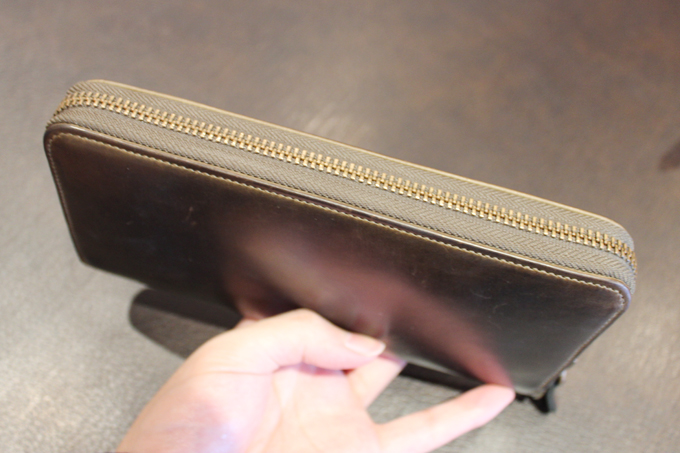 周囲がジップで囲まれている財布