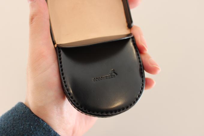 ブランド名は、フタをパコッと開けた時の内側の表面に刻印