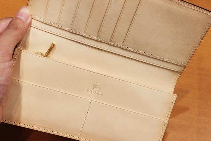 内装にも上質な革が使われているのですが、そちらは、「ヌメ革」