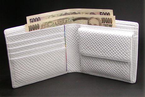 ちょっと大きめで白が厳つい折り財布