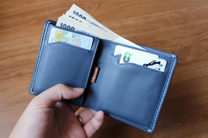 紙幣は折り畳まずに収容