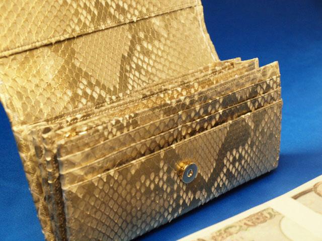 蛇革財布の特徴